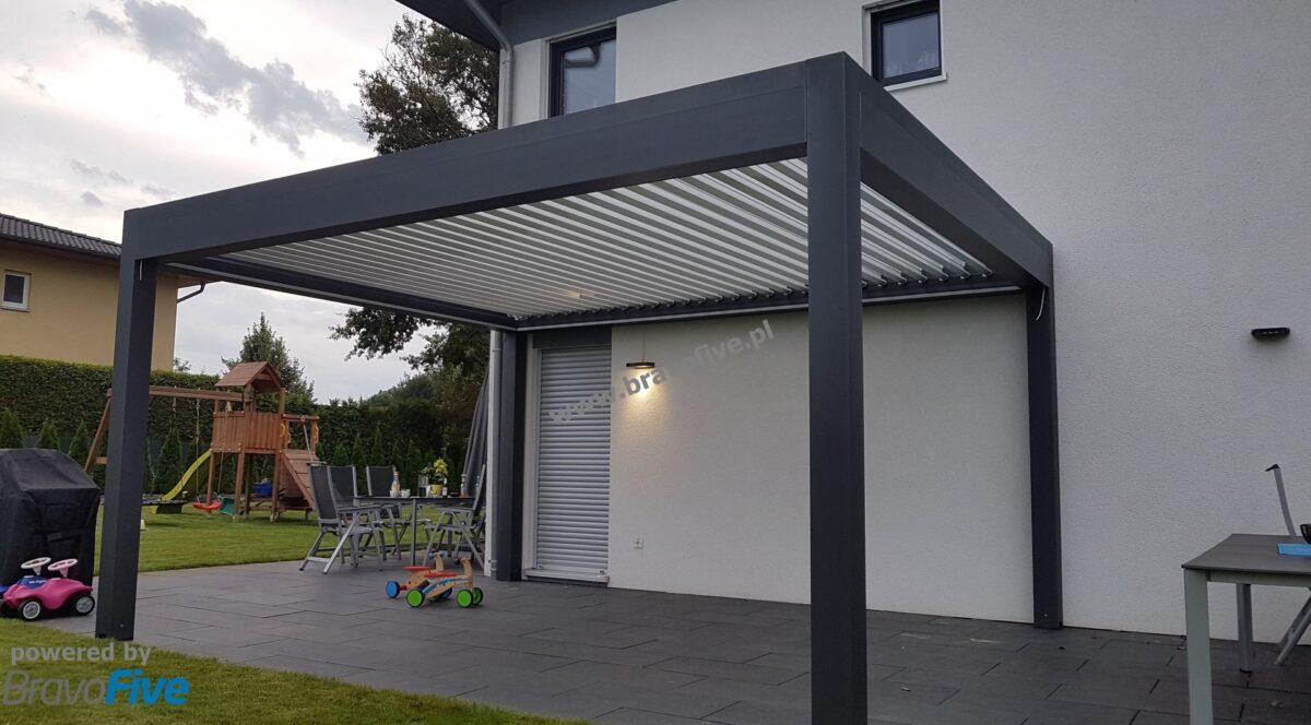 nowoczesna pergola aluminiowa z dachem lamelowym, nowoczesne zadaszenie tarasu