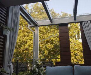 nowoczesne zadaszenie tarasu-pergola tarasowa, ścianka żaluzjowa, dach szklany, firany do zadaszenia