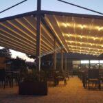 nowoczesne zadaszenie ogródka gastronomicznego, pergola z ruchomym dachem, zadaszenie ruchome, oświetlenie LED, nowoczesna pergola aluminiowa